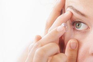 Užitečné informace týkající se COVID-19 a používání kontaktních čoček